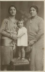 Luz Castaños (centro) nació en Nueva York en 1929.  Su madre (izq) había nacido en la Zona del Canal de Panamá durante la construcción del Canal, donde los abuelos maternos de Luz habían puesto un restaurante y fonda.