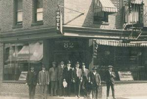 """Valentín Aguirre, figura legendaria de la colonia vasca y española en Nueva York y en Estados Unidos.  Era el dueño de este edificio en 82 Bank Street (West Village, New York) que albergaba su restaurante (""""Jai Alai""""), su hotel (Santa Lucía) y su agencia de viajes."""