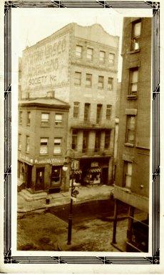 Centro Vasco Americano, fundado en 1913 en la barriada española más antigua de Nueva York, alrededor de Cherry Street, lower Lower East Side, entre los puentes Brooklyn y Manhattan.  La foto es de 1928.  Valentín Aguirre regentaba una pensión en esta zona de la ciudad antes de trasladarse a unas instalaciones mucho más grandes en el West Village-- 82 Bank Street.